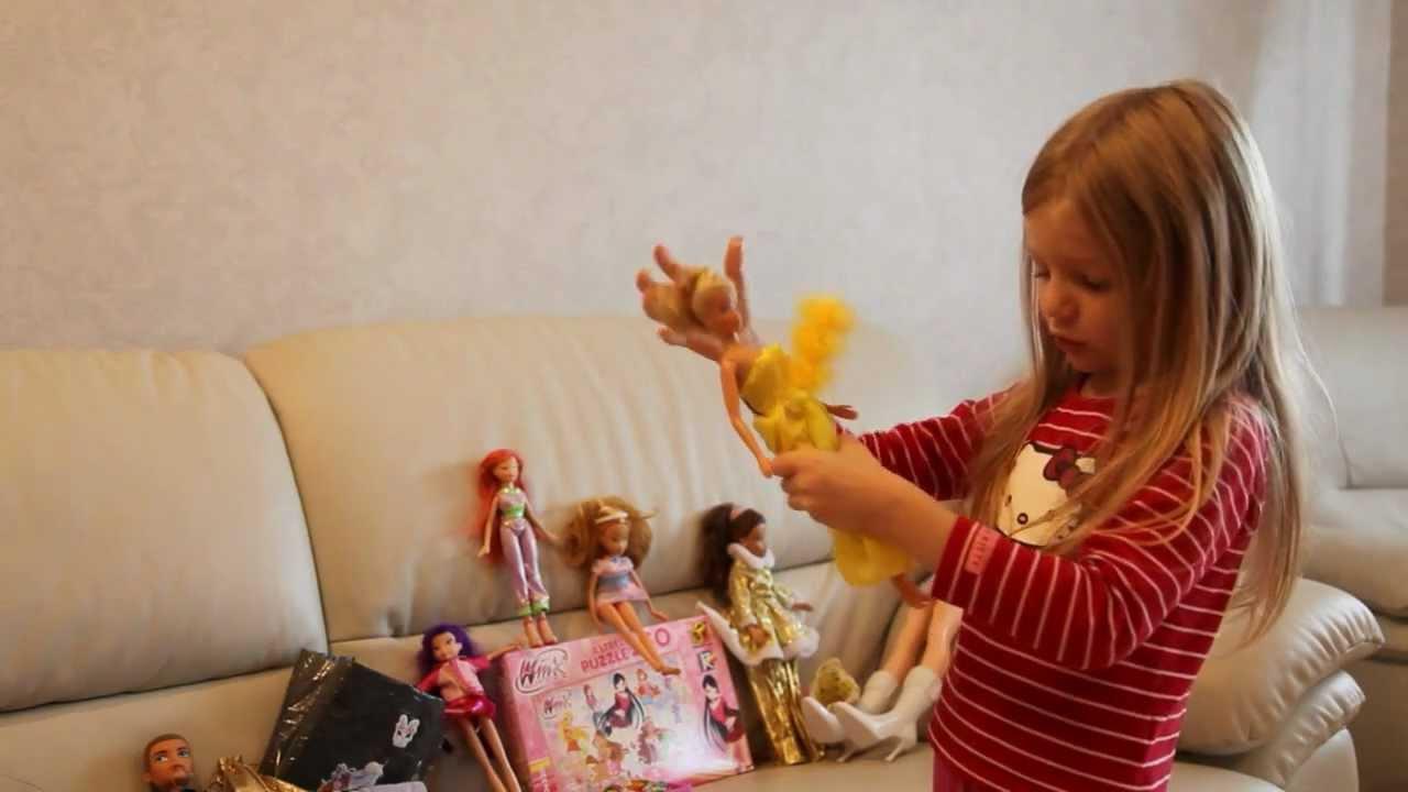 девочка играет с нереально длинным дилдо