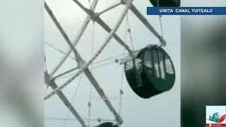 Captan a niño colgando de una rueda de la fortuna en China