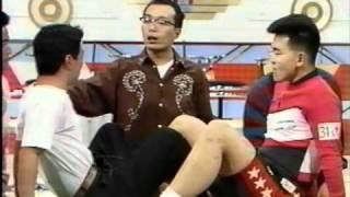 腕相撲チャンピオンと脚での相撲対決.