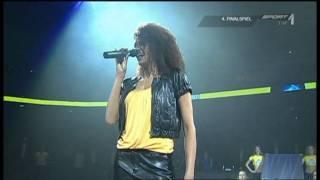 Francisca Urio singt die Deutsche Nationalhymne