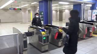 春日駅の都営地下鉄2線と東京メトロ2線が接続する乗り換え改札の風景