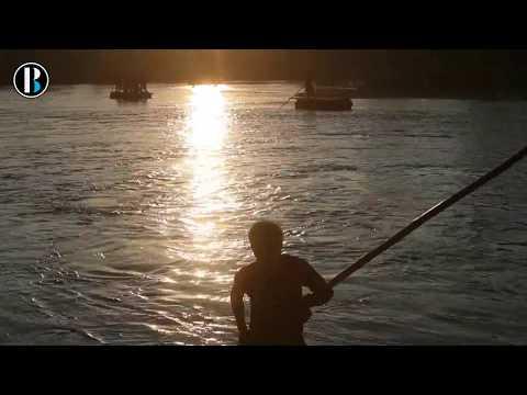Migrantes hondureños pasan a cuentagotas el río entre Guatemala y México
