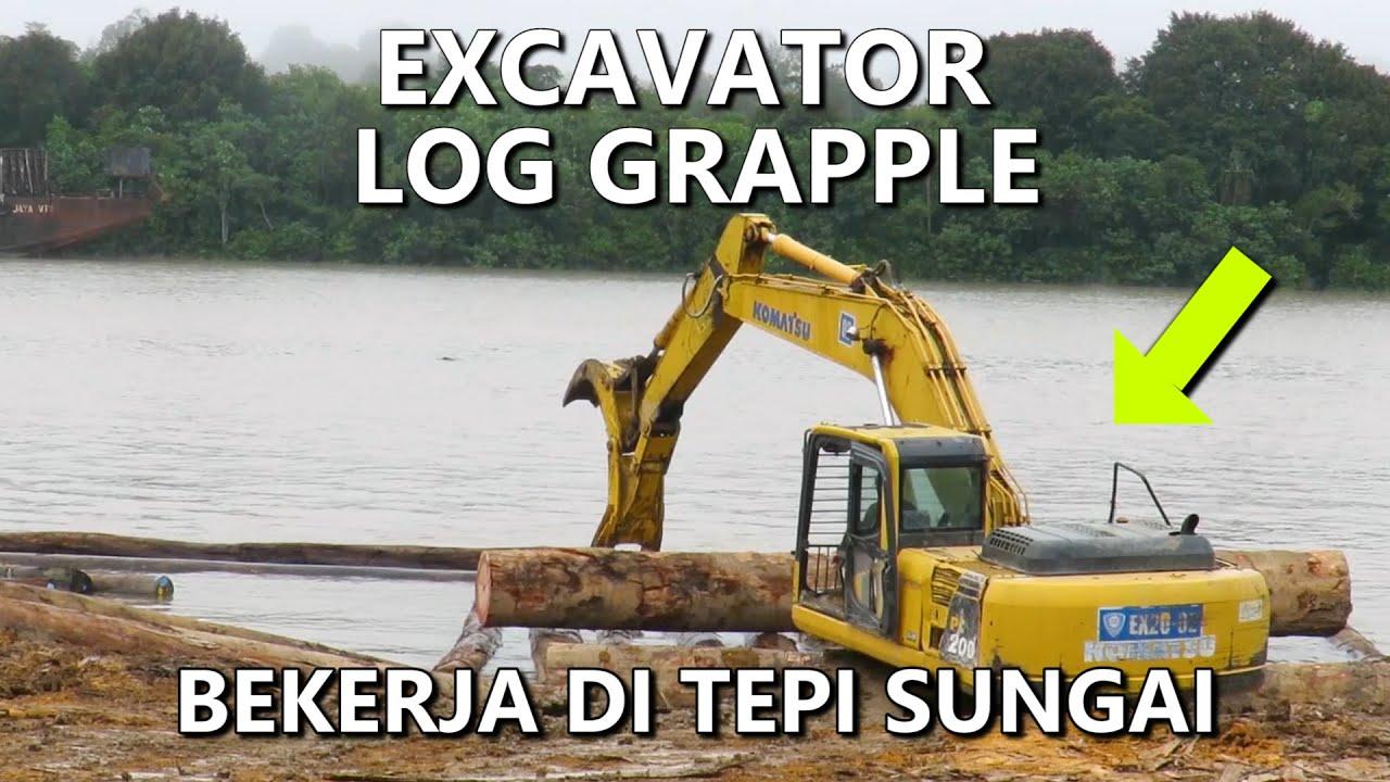 Skill Operator Excavator Log Grapple Saat Bekerja Menyusun Kayu Ditepi Sungai (Alat Berat Indonesia)
