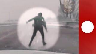 Un homme éjecté hors de sa voiture au milieu de l'autoroute