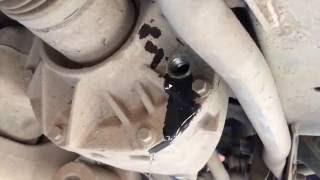 Замена масла в редукторе заднего моста  Range Rover Evoque  Ленд Ровер Эвок 2,2  2011 года