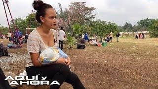 """""""Lo que buscamos es trabajar, no somos terroristas"""": Madre con su bebé en brazos se unió a la carava"""