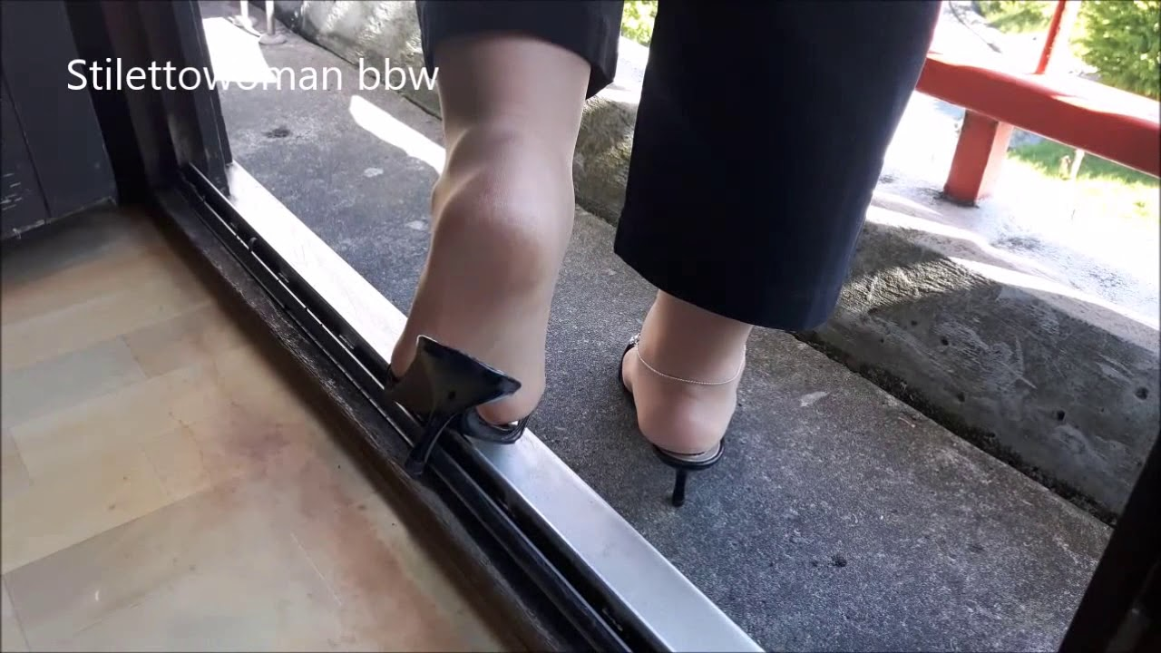 Shoeplay with black Mules, Stilettowoman bbw