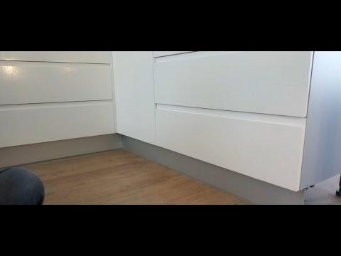 Como poner el z calo o rodap e de aluminio en los muebles - Zocalos de madera altos ...