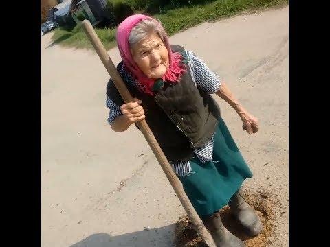 96-летняя бабушка проводит ямочный ремонт дороги в Борках