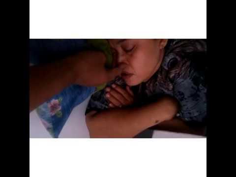 Mama Sedang Tidur Di Lantai