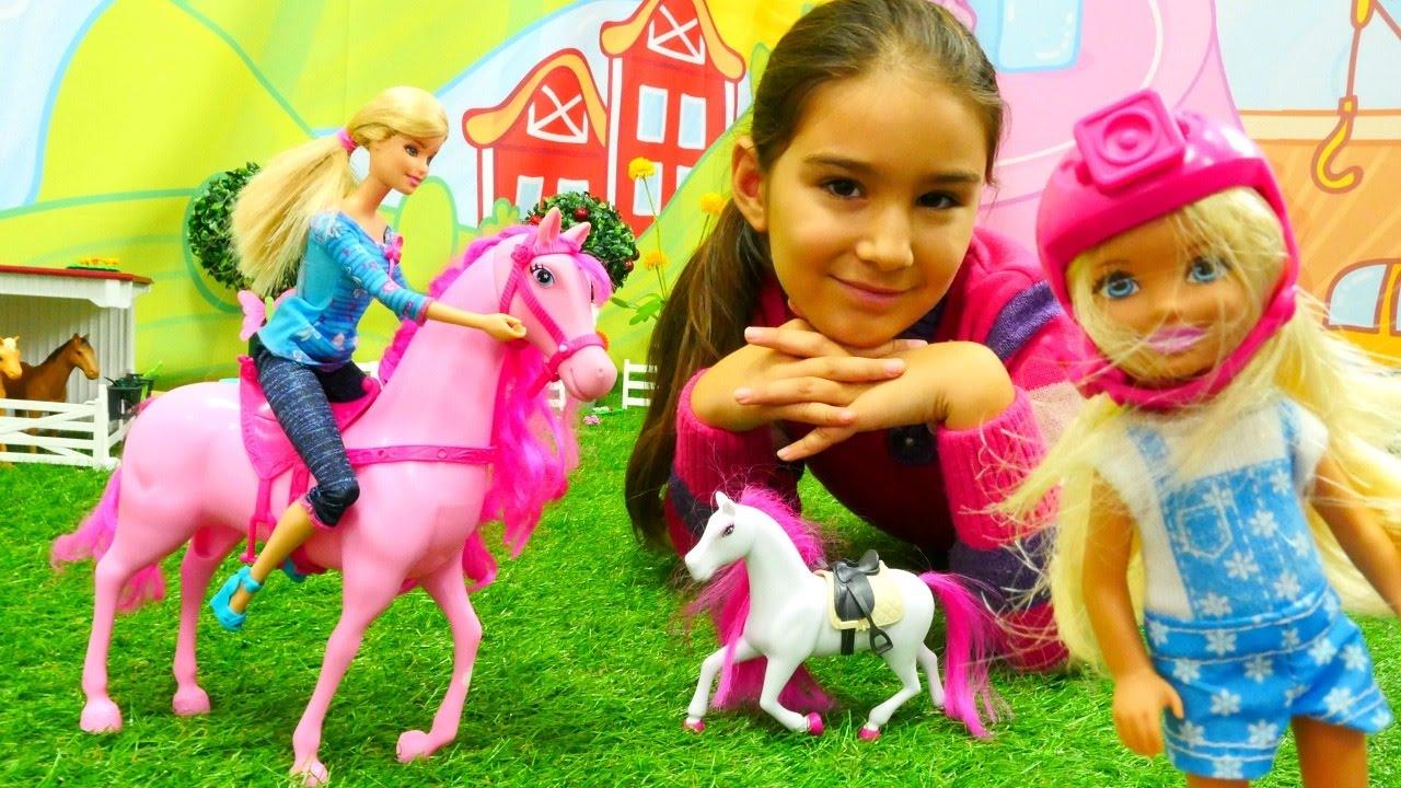Barbie ve kızı Chelsea at çiftliğine gidiyorlar