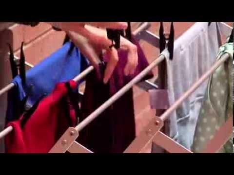 Ama de casa inexperta coloca tendedero de ropa colgante - Nudo para tendedero ...