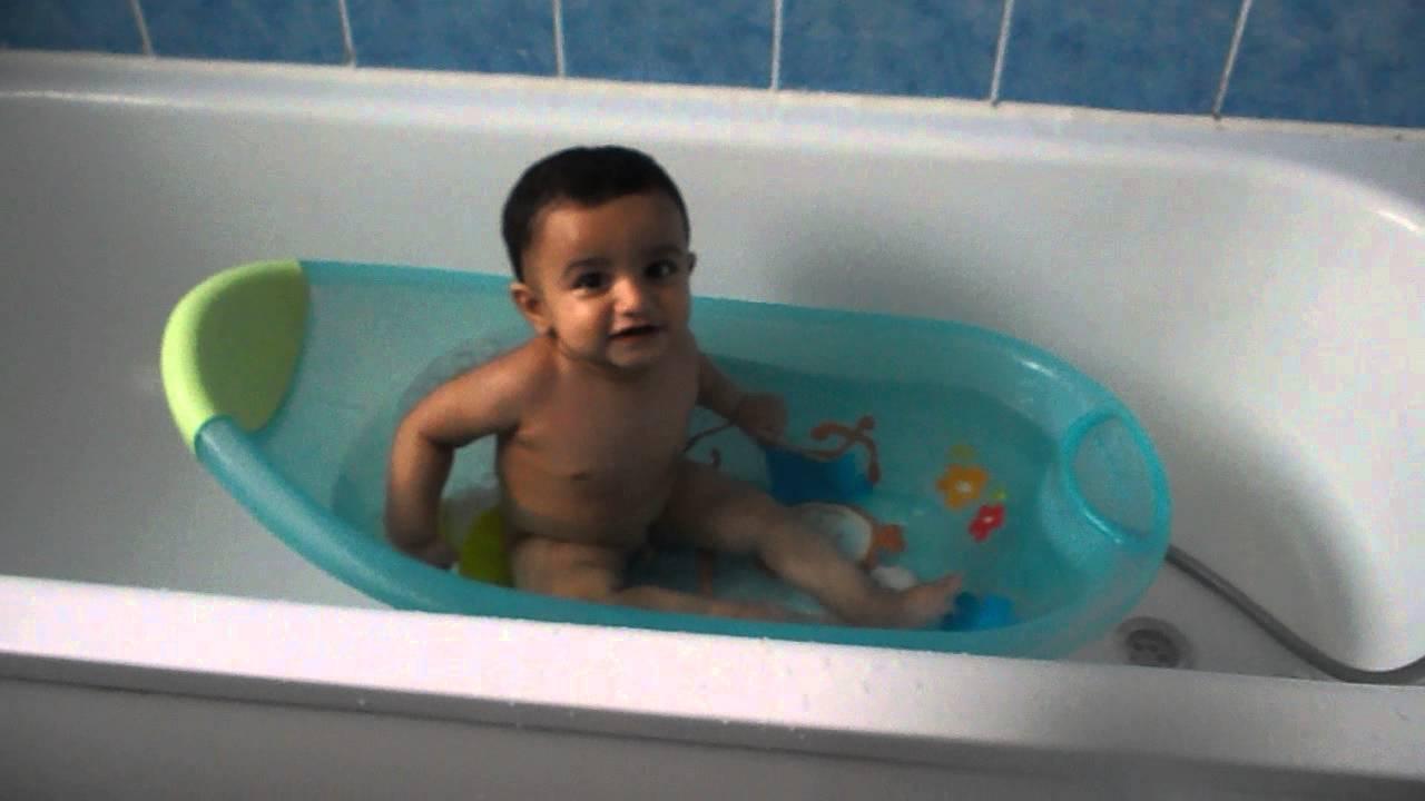 Baby playing in bathtub - YouTube