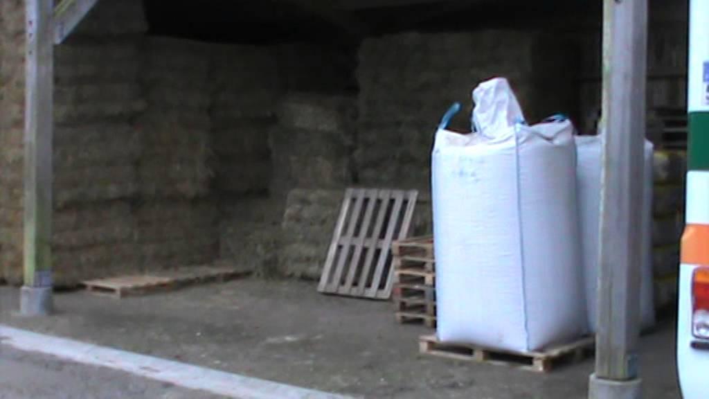 vid o n 1 livraison conditionnement big bag et stockage de la liti re en paille compress e. Black Bedroom Furniture Sets. Home Design Ideas