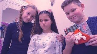 ДАША ОСТАЛАСЬ БЕЗ ПОДАРКА?! Новогоднее НАСТРОЕНИЕ ИСПОРЧЕНО kids children