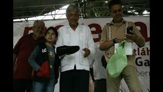 Regalan zapatos a AMLO en Veracruz