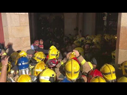 Tensión en la manifestación de bomberos y médicos ante el Parlament