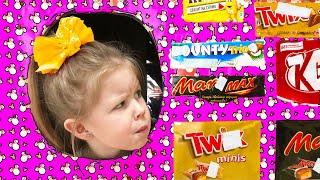 Ева с папои и загадочныи детскии автомат со сладостями