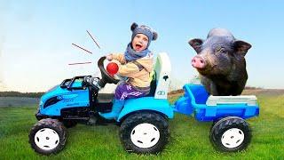 Малыш на Ферме с сонным папой кормят животных, а потом играют в Центре для детей