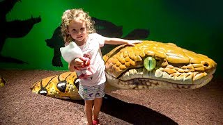 Kid and wild animals at the Zoo, Family Fun Activities and Toddlers Funny