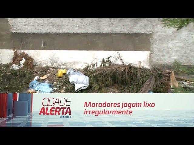 Moradores jogam lixo irregularmente na rua Sargento Almeida