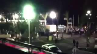 Грузовик врезался в толпу в Ницце (ВИДЕО)(Первые кадры врезания грузовика в толпу в #Nice # Nice06., 2016-07-14T23:20:11.000Z)