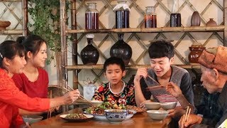 Download Video 你们爱吃肥肠吗?在家这样做一盆干锅肥肠,人多吃着才爽【滇西小哥】 MP3 3GP MP4