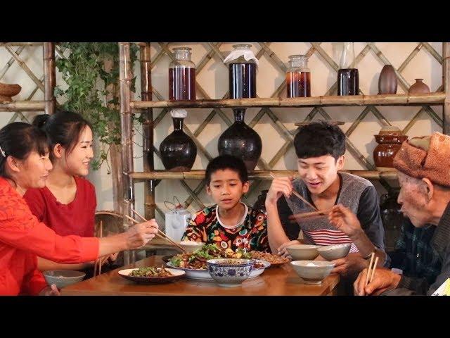 你们爱吃肥肠吗?在家这样做一盆干锅肥肠,人多吃着才爽【滇西小哥】