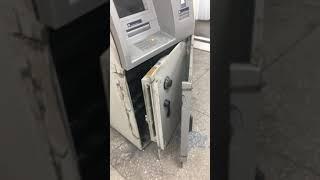 учитесь как надо вскрывать банкомат! как стать богатым