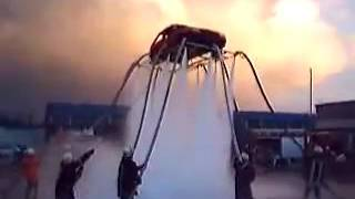 Пожарные подняли машину используя подачу воды под высоким давлением