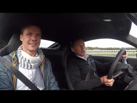 TEST: Tom Kristensen kører ny Audi R8 som en flugtbilist (og jeg bliver køresyg) på Ascari