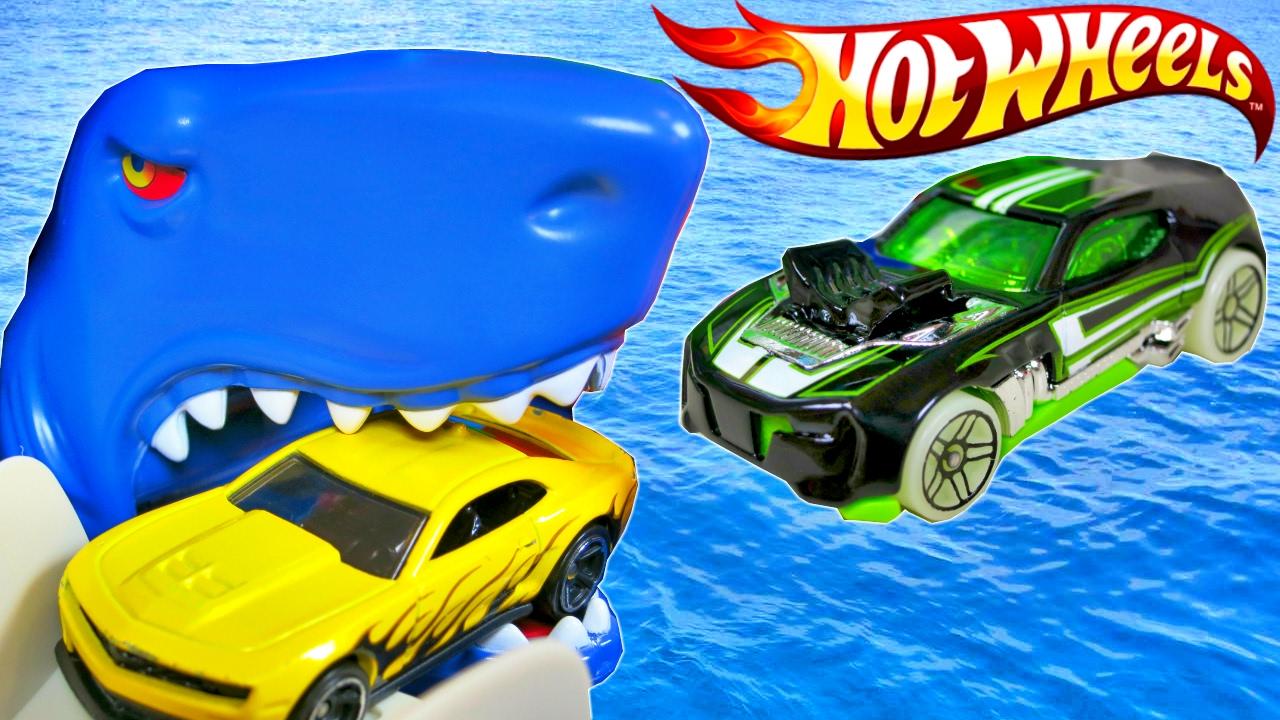 Hot Wheels Ultimate Garage Sharks Eat Cars Track Builder Loop