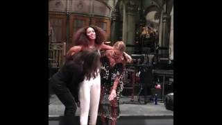 SOLANGE KNOWLES Warms Up For SNL Performance and Jokes With Mom, Tina and Sister Beyonce (SNIPPETS)