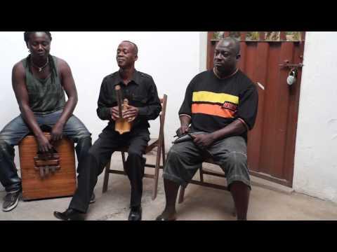 Osei Kwame Korankye - sings praise song with seperewa