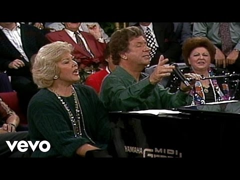 Bill & Gloria Gaither - Away in a Manger/O Come, All Ye Faithful (Live)