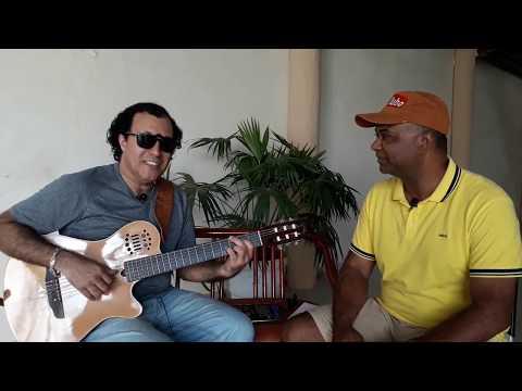 O cantor baiano Afra Nascimento tocando seus grandes sucessos