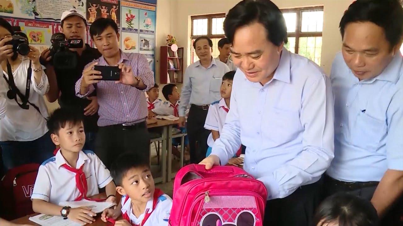 Bộ trưởng Bộ Giáo dục và Đào tạo thăm và tặng quà tại Quảng Bình