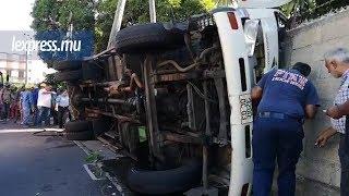 Accident : des pompiers pour extirper les blessés d'un côté, les voleurs de produits de l'autre