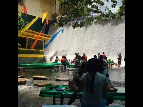 Sí, esto es un restaurante en medio de una cascada