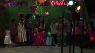 フィリピンでは女性が18歳、男性が21歳になると行われる大人の仲間入り...