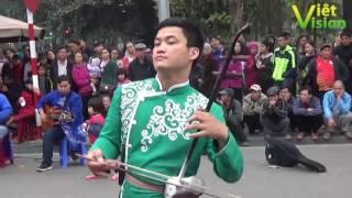 Tiếng đàn cò của chàng trai làm say lòng du khách khu phố cổ Bờ Hồ
