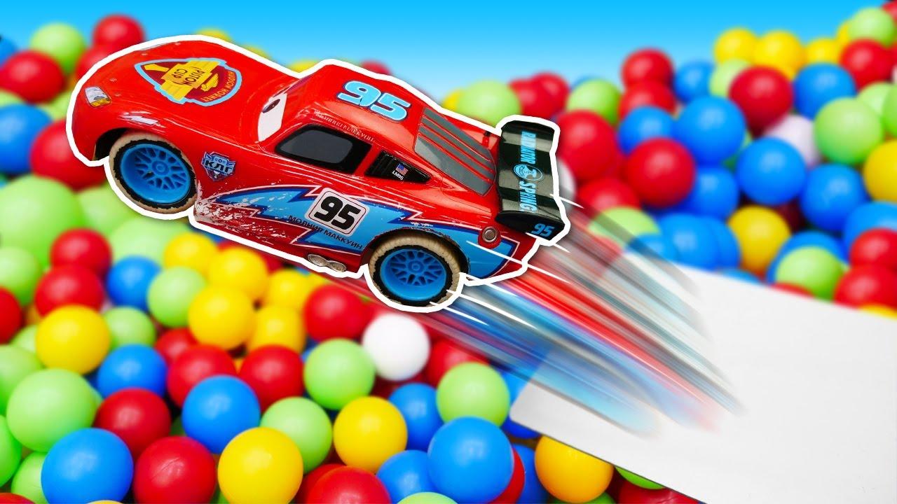 ¡Rayo McQueen en una peli de acción! Juegos con coches. Vídeos para niños pequeños