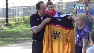 Сборная Германии по хоккею посетила Немецкую школу(5 мая, накануне старта Чемпионата мира по хоккею, в Немецкую школу Санкт-Петербурга в полном составе приехал..., 2016-05-07T11:39:00.000Z)