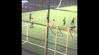 Собака играет  в футбол с мальчиками)