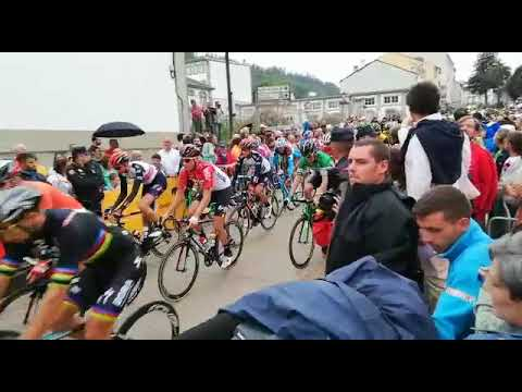 Saída da duodécima etapa de la Vuelta en Mondoñedo