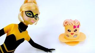 Распаковка с куклой Квин Би. Игры с пластилином - Прическа из конфетки