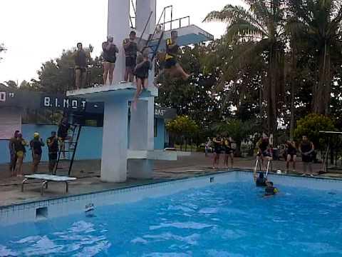 Salto de decision desde la plataforma en la piscina youtube for Plataforma para piscina
