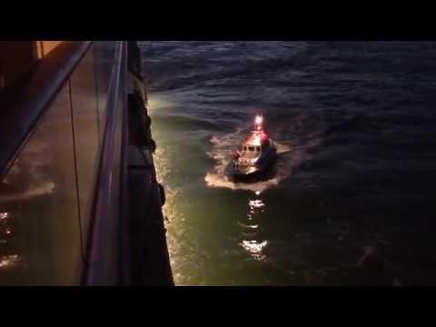 Dover - Der Lotse geht von Bord von der AIDAsol