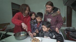 孩子想吃米糕,妯娌俩用三样食材做一锅,没成型孩子就围着要尝尝