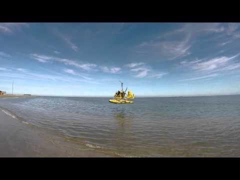 GYRO MTO SPORT ON FLOATS PASSING BY LOW AT THE BEACH IN BOCA DEL RIO VERACRUZ, MÉXICO.